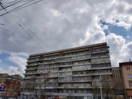 Plattenbauten sind Teil des Stadtbilds von Novosibirsk. Hier ein eher runtergekommenes Exemplar.