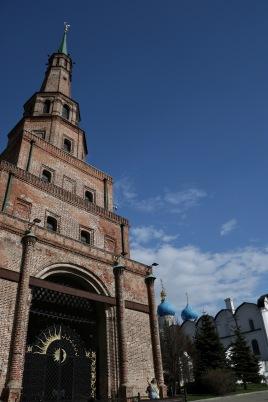 Der Sujumbike-Turm im Kasaner Kreml: Die viereckige, russische Architektur und die achteckige Bauweise der Tataren verbunden in einem Gebäude soll die beiden Bevölkerungsgruppen und Religionen widerspiegeln