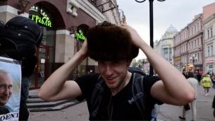 Typische russische Fellmütze. Und Putin schaut zu
