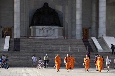 Sightseeing für Mönche am Dschingis Khan Square
