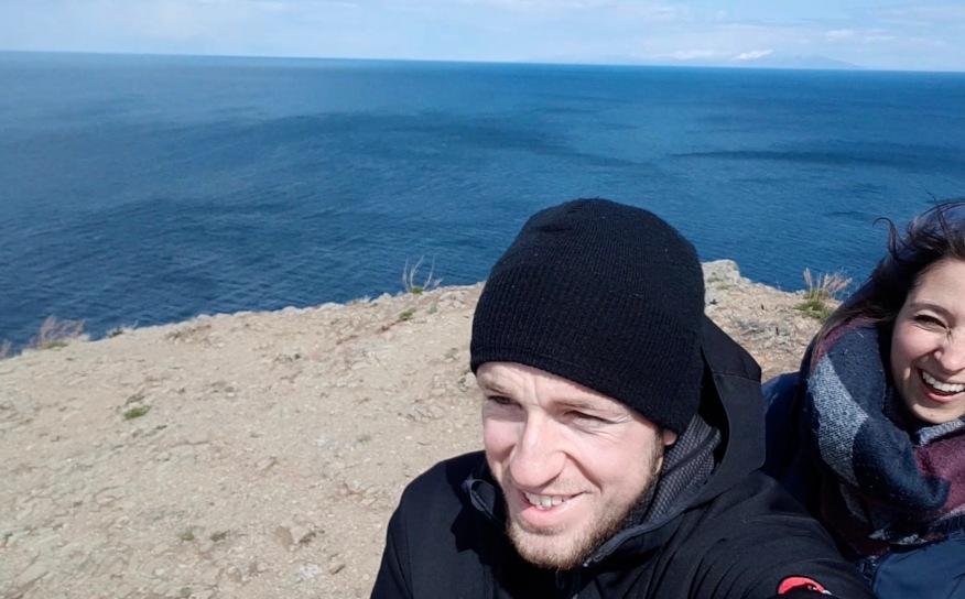 Leicht stürmisch! Wir sind am nördlichsten Punkt der Insel angekommen. Hinter uns der große Baikalsees.. äh -meer