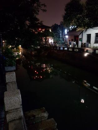 Nachts sind die Kanäle der Stadt bunt beleuchtet.