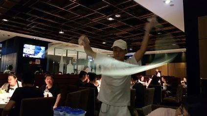 Show-Effekt im HotPot-Restaurant: Hier wird mit Nudeln geschleudert.