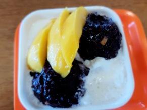 Chinesisches Dessert: Gesüßter Reis, Mango und Bohnenmasse