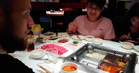 Chinesischer HotPot: In vier Soßen wird Gemüse und Fleisch gekocht. Und SCHWEINEHIRN!
