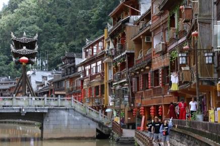 Schöne Fassade der Häuser am Ufer des Tuo Jiang River