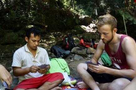 Kartenspiele sind neben der Orang-Utan-Suche unsere Hauptbeschäftigung