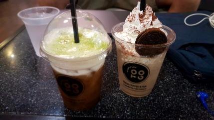 Schwarzer Tee mit Milchschaum und Oreo-Latte