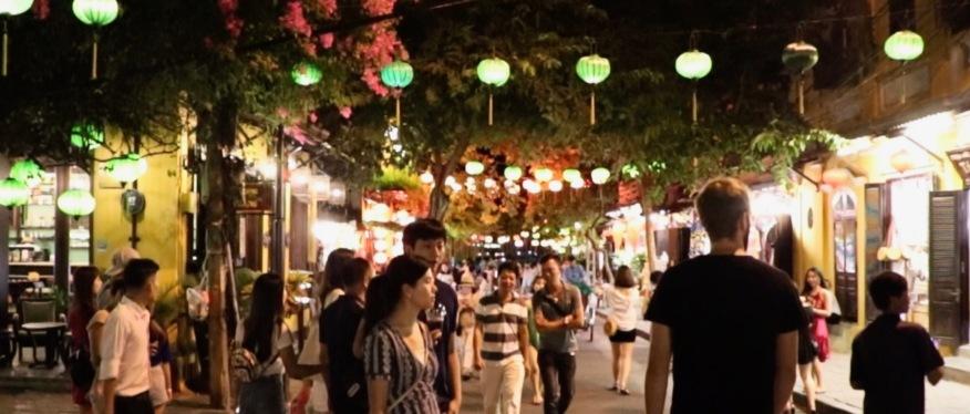 Wir schlendern durch die Straßen und genießen das Lichtermeer Hoi Ans