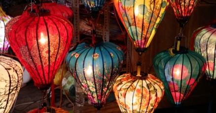 Lampions leuchten in allen möglichen Farben und Formen