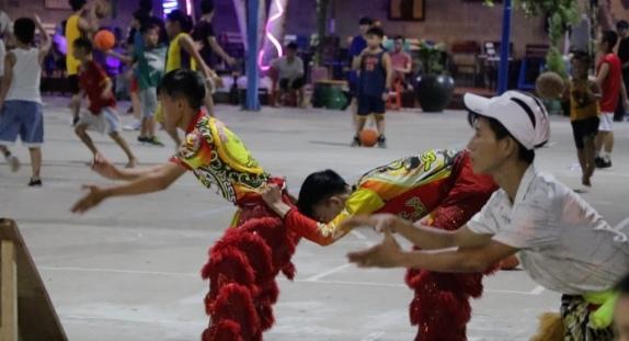 Junge Vietnamesen trainieren für den Drachentanz ...