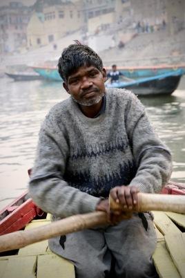 Unser Bootsfahrer bringt uns zu den Burning Ghats, wo die Leichname verbrannt werden.
