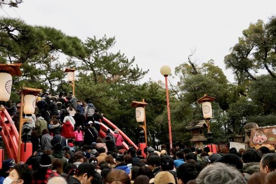 Menschenmassen schieben sich über die für den Sumiyoshi Taisha bekannte Brücke.